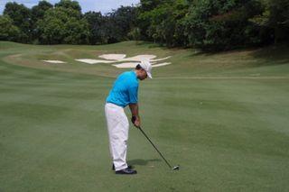Minister practising golf1