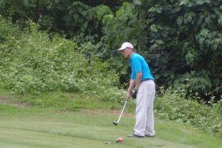 Minister practising golf2