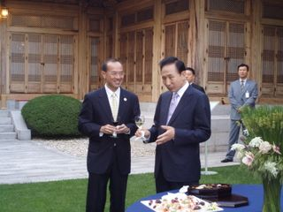 Minister talking to President Lee at Pre-Dinner Drinks