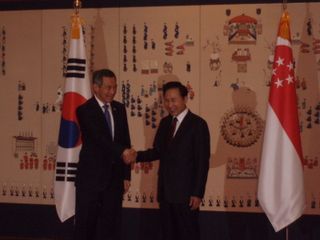 PM shaking hands with President Lee