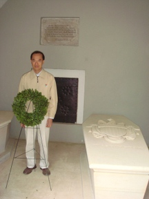 Mt_vernon_min_laying_a_wreath