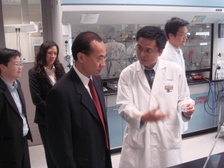 Min_yeo_visiting_the_biopolis_lab
